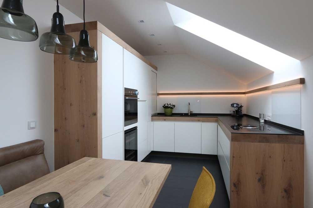 Küche in Dachschräge