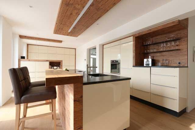 Bild zeigt weisse Küche