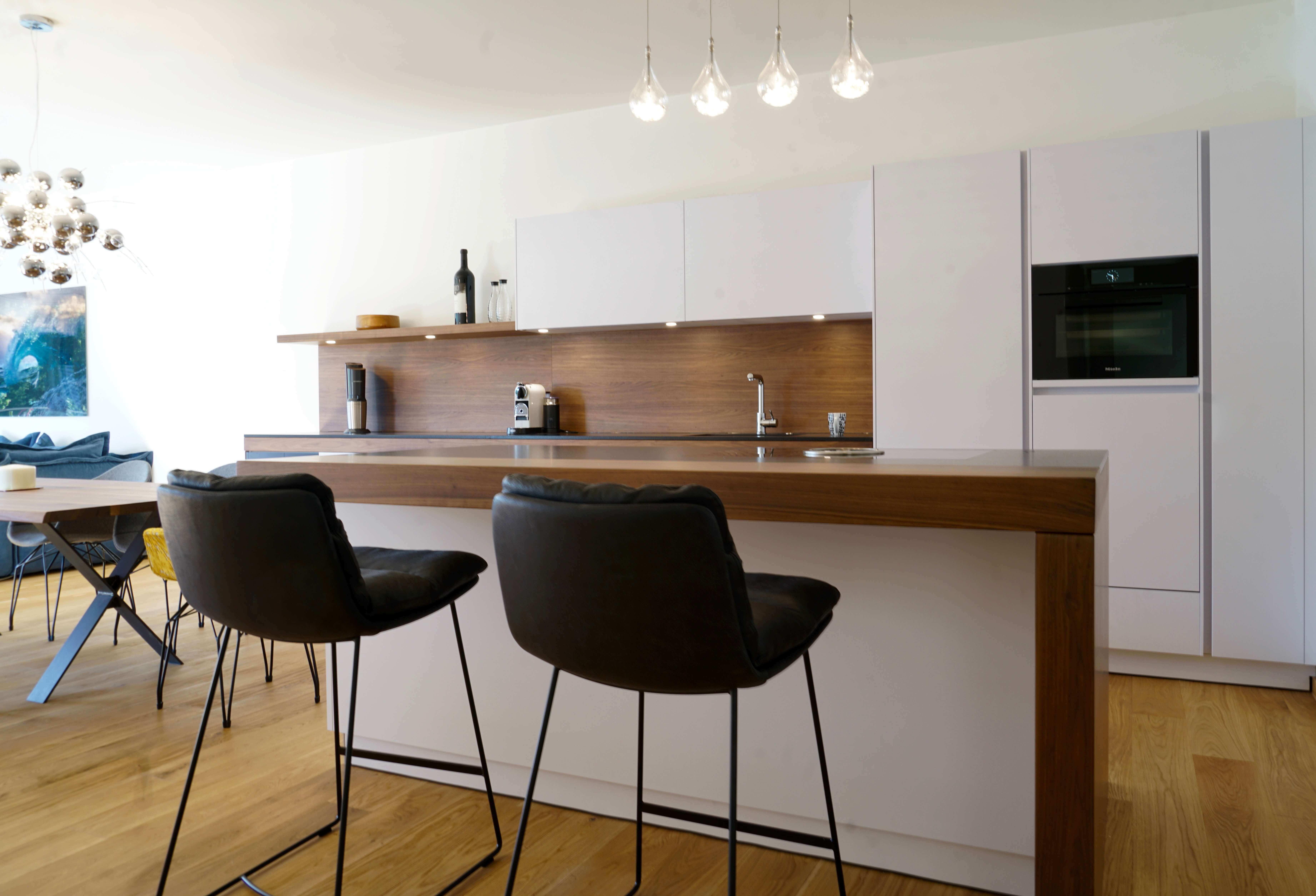Küche mit Bar und Stühlen weiß