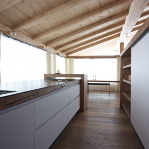 weiße Küche mit Altholz