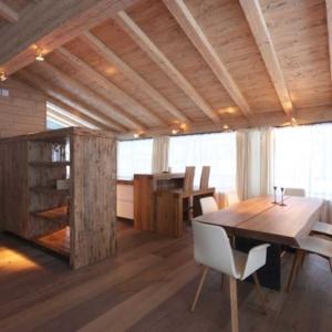 Massivholztisch weiße Stühle