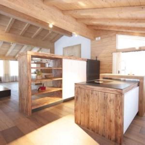 weiße Küche mit Altholz, Alpinstyle