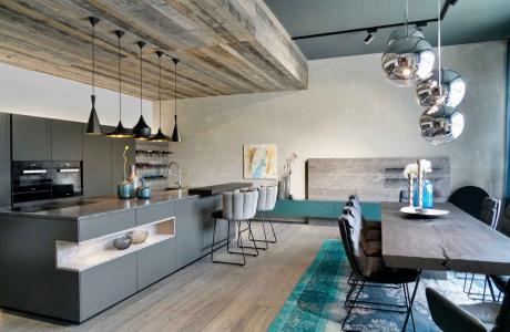 graue Küche mit Holzdecke, Barhocker KFF Gaia, Esstisch massiv geköhlt