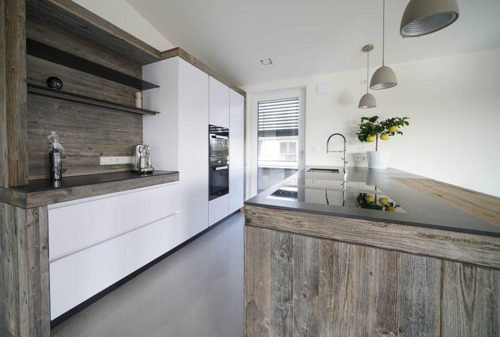 weiße Küche mit Holz grau, Granit Arbeitsplatte, Kochinsel mit Bar, Bora Kochfeld