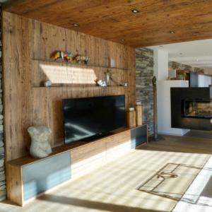 Wandverbau in Altholz mit TV Schrank, Eisenfächer