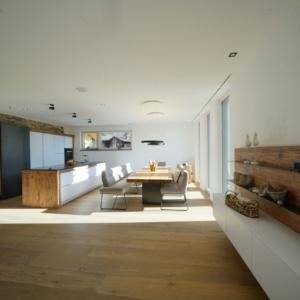 moderne Küche mit Altholz und Schiebetüre in Eisen, Sideboard mit Holzwand Eisenfächer