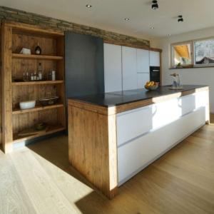 moderne weiße Küche mit Altholz und Schiebetüre