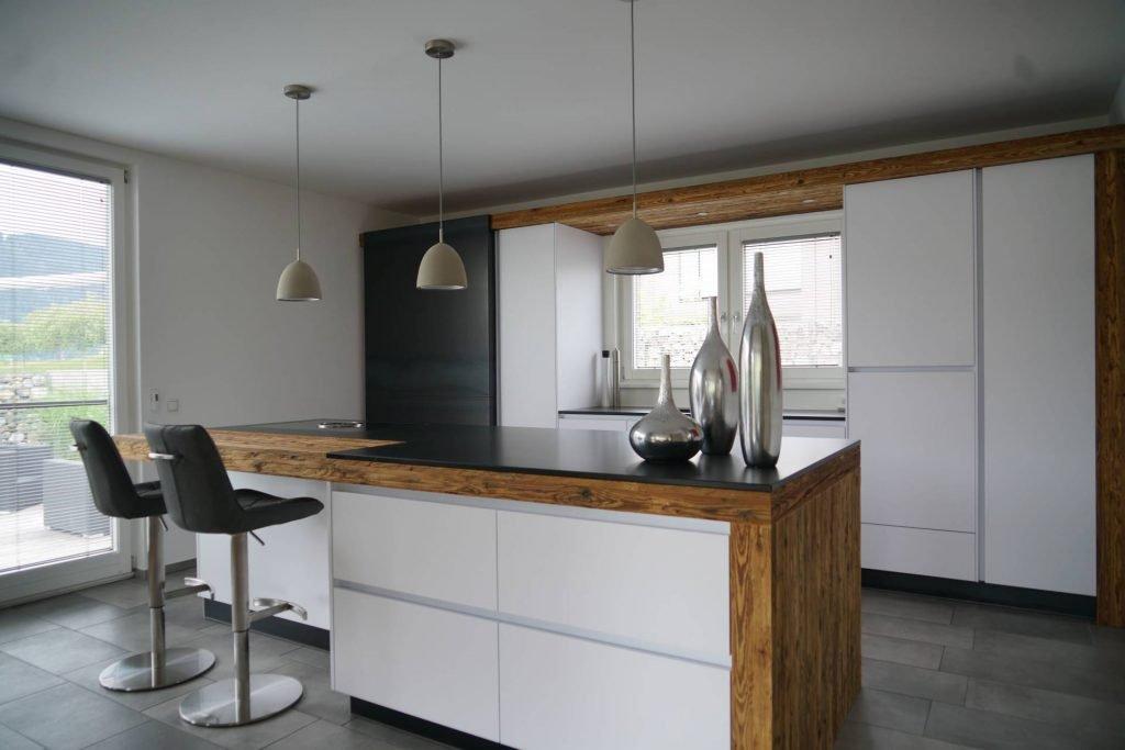 weiße Küche mit Altholz, Schiebetür in Eisen, Insel mit Bar