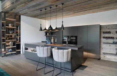 dunkelgraue Küche, Holzdecke grau, Baurocker Gaia KFF