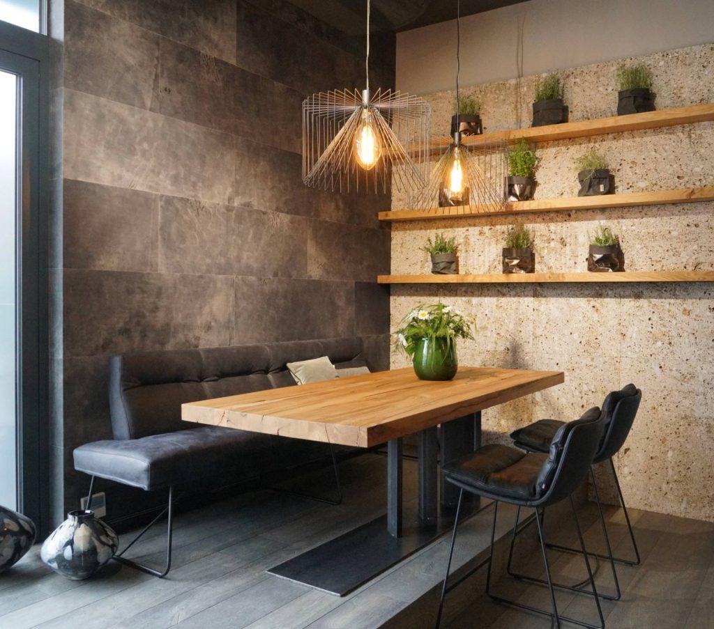 Tisch in Altholz Eiche, rustikal, Eisengestell, Bank mit Vintageleder, Rückwand in Stein mir Holzborde, Rückwand in Leder