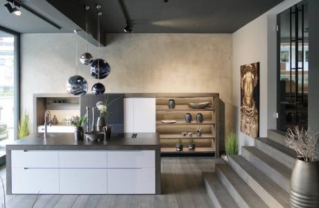 Weiße Küche mit Holzumrandung, Kochinsel mit Keramikplatte, Tom Dixon