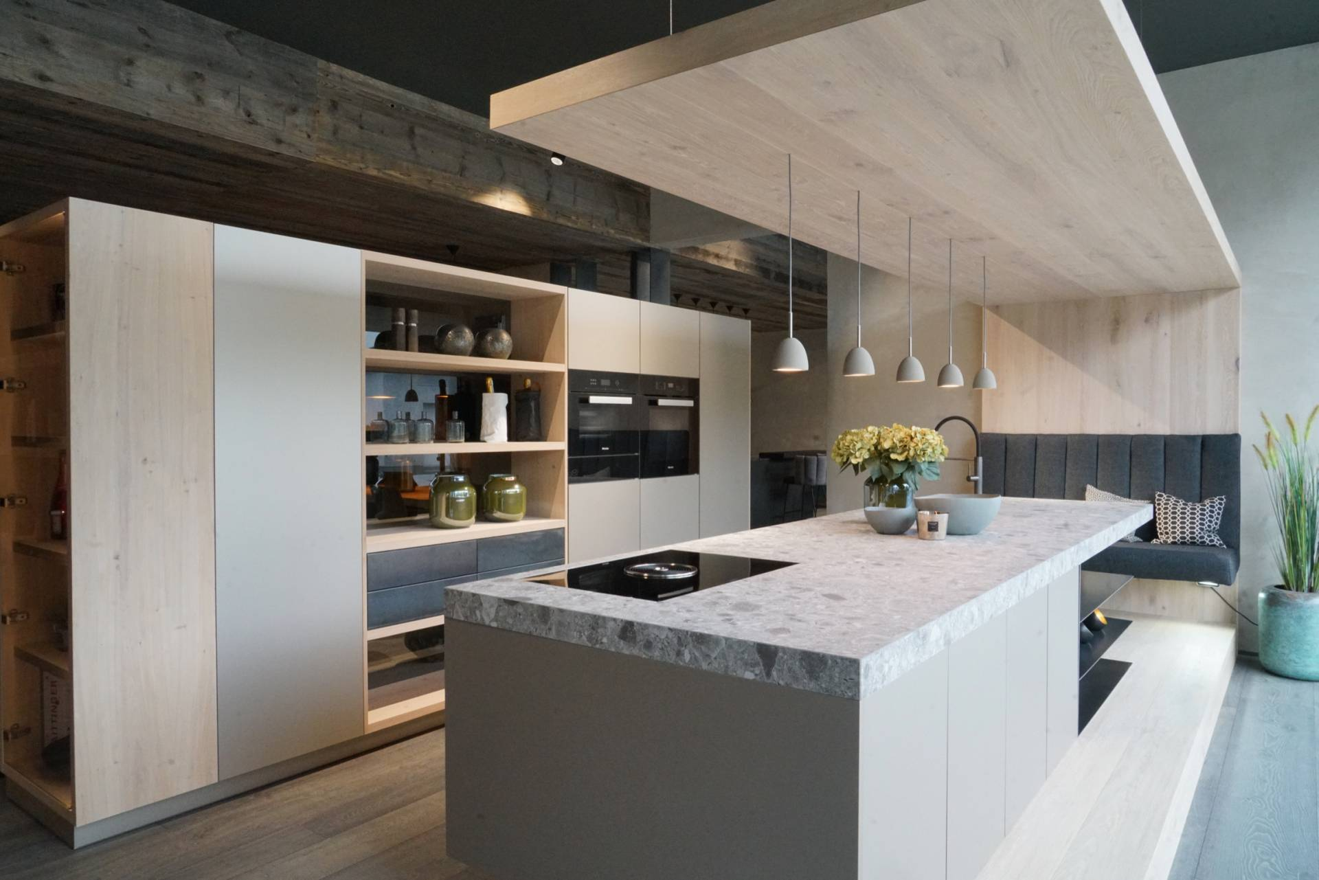 Sendlhofer Küche hellgrau mit hellem Holz