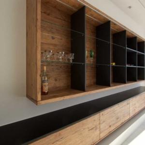 modernes Wohnzimmer, Regal und Sideboard in Holz