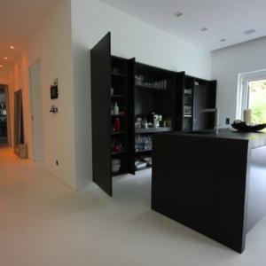 moderne schwarze Küche mit Schieferplatte