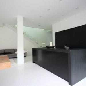 schwarze Küche mit versenkbaren Türen, Schieferplatte, schwarze Arbeitsplatte