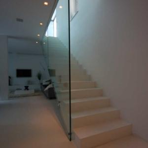 Stiegenaufgang in weiß