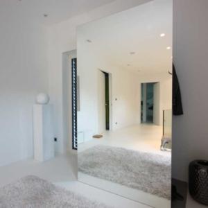 Garderobe hinter dem Spiegel