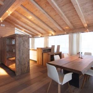 Wohnraum mit Dachschräge aus Altholz