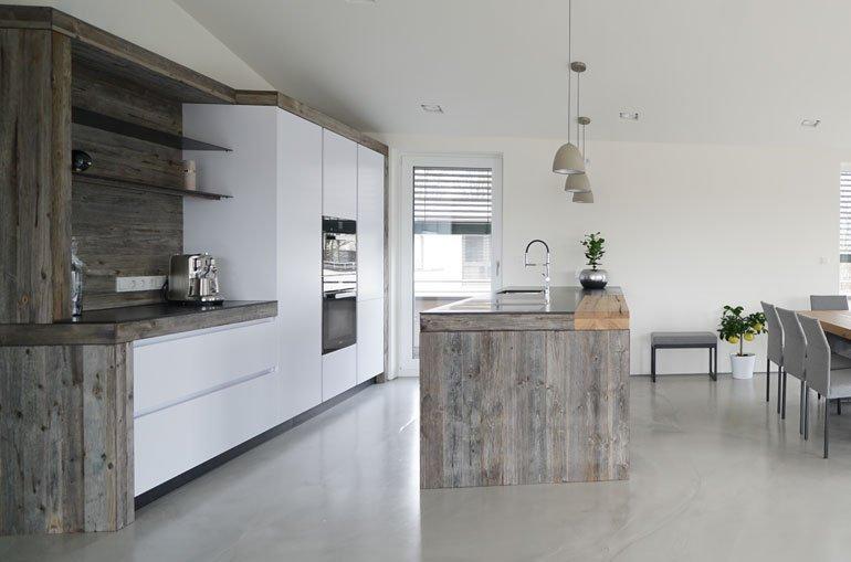 Küche aus Altholz mit Granitoptik