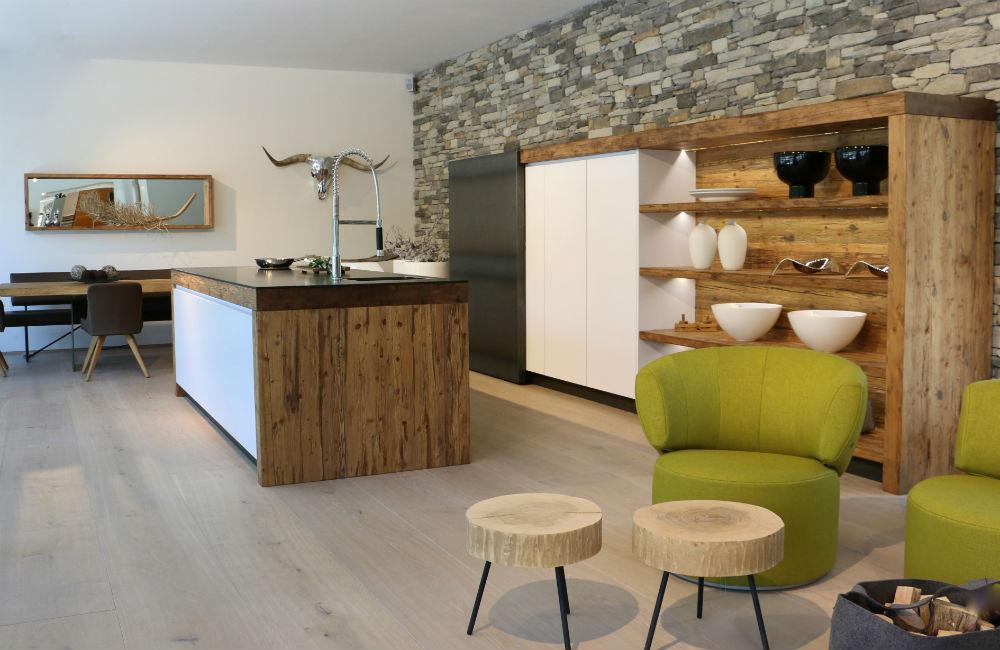Küchendesign alpinstyle, Schiebetür in Eisen, Kochinsel mit Holz