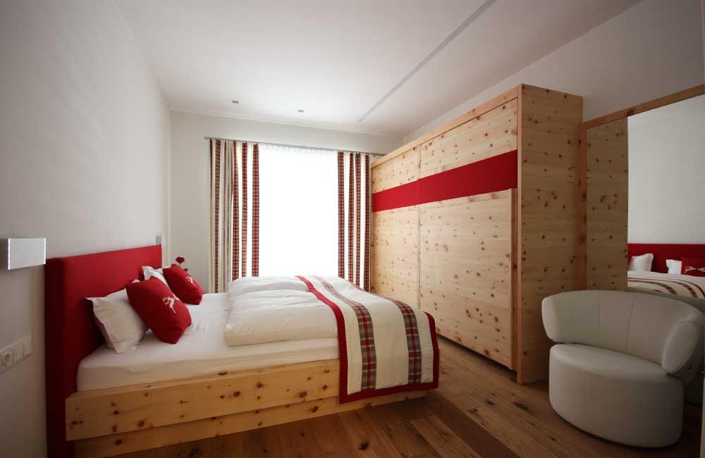 Bett in Zirbe, Schlafzimmerschrank in Zirbenholz,