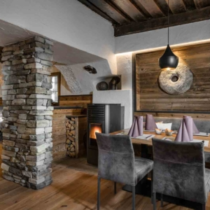 Restaurant Aurum in Gastein, Bar mit Altholz und Hirschleder, altes Gewölbe
