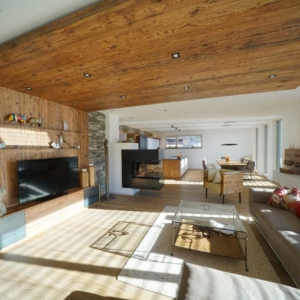 modernes Wohnzimmer, Wandverbau in Altholz mit TV Schrank, Eisenfächer