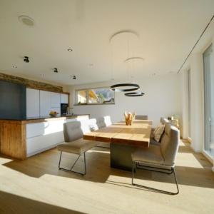 moderne weiße Küche mit Holz, Esstisch in eiche massiv,