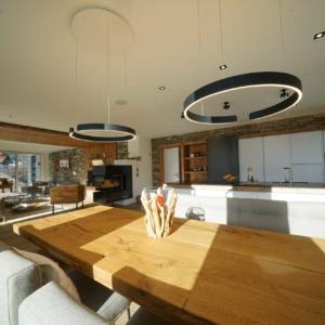 moderne Küche mit Holz, weiße Küchenschränke, Eisenschiebetüre,
