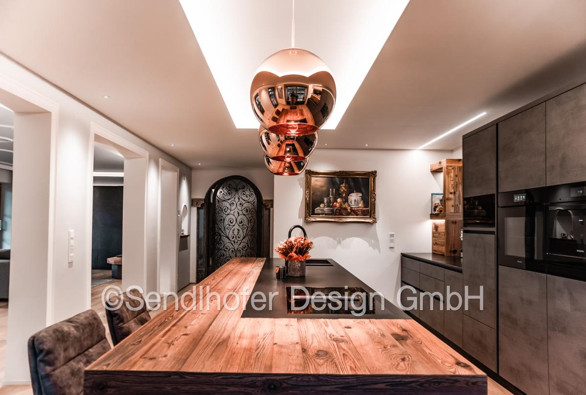 Kochinsel mit Altholzplatte - Wohndesign Sendlhofer