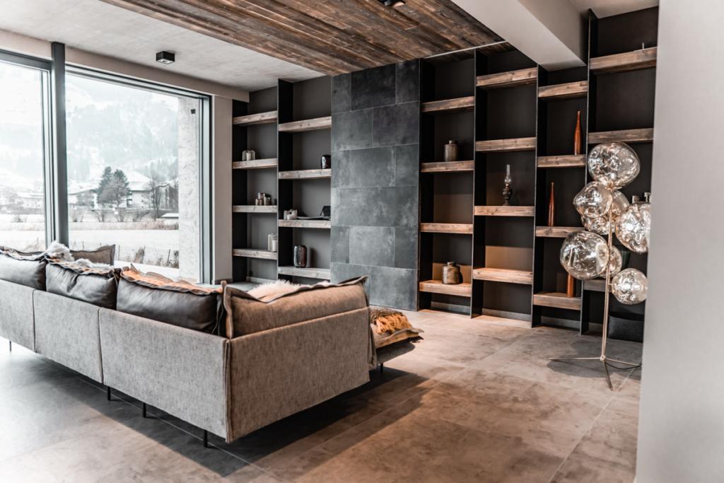 Wohnwand modern mit Holz Eisen und Lederschiebetüre,