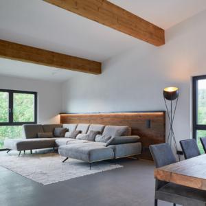 moderne Sitzgarnitur mit Stoff , Wandverkleidung in Holz, Esstisch vollmassiv in Altholz