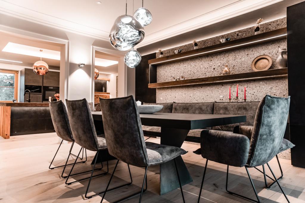 Tisch Vollholz, geköhlt, Bank mit stuhlen in Leder, Wandverkleidung mit Stein, Schränke in Eisen
