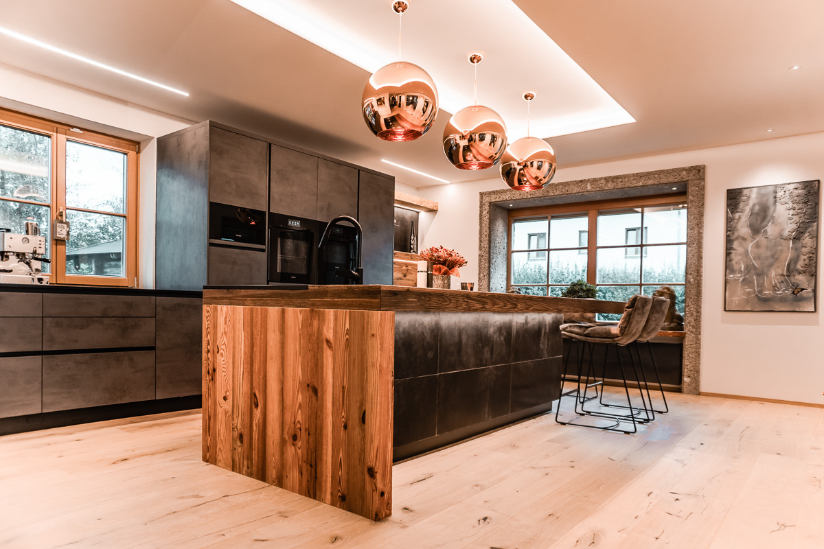 Küche mit Altholz und Leder