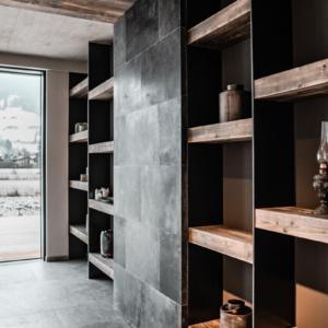 Regal in Altholz und Eisen , Lederwand, Decke in Holz, Betondecke, Wohnzimmerschrank, Schiebetüre