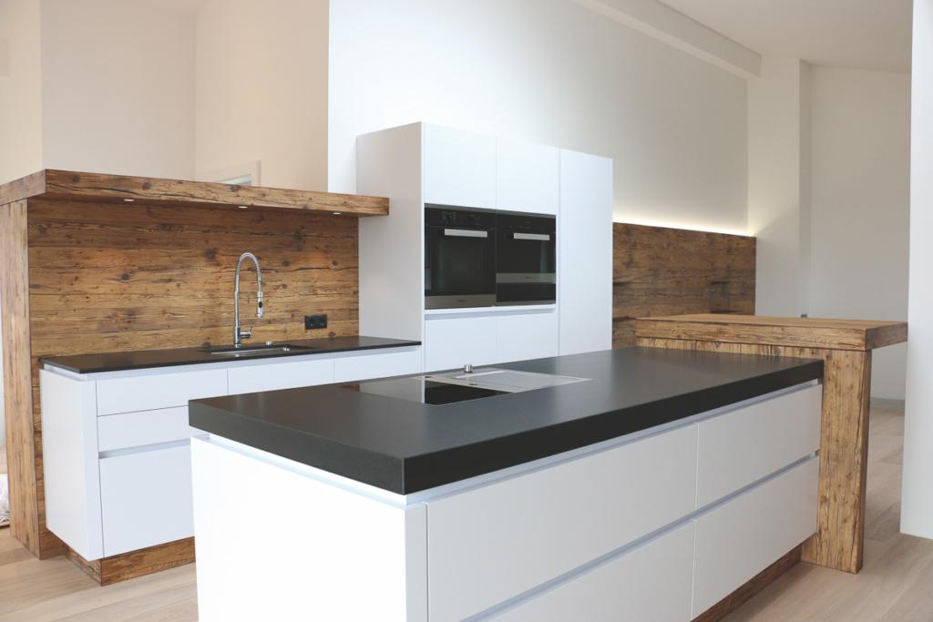 weiße Küche mit Altholz , Kochinsel mit Granit Nero assoluto, Rückwand in Altholz, Bar angesetzt in Altholz