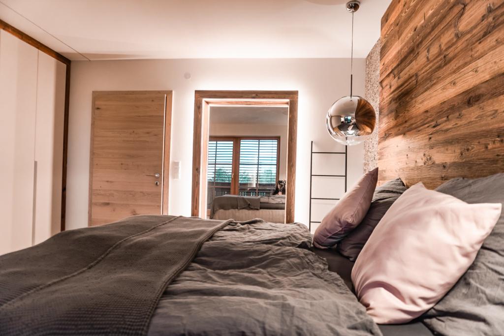 Doppelbett mit Kopfhaupt in Holz, Stein, Lederkopfhaupt, Spiegel in Altholz