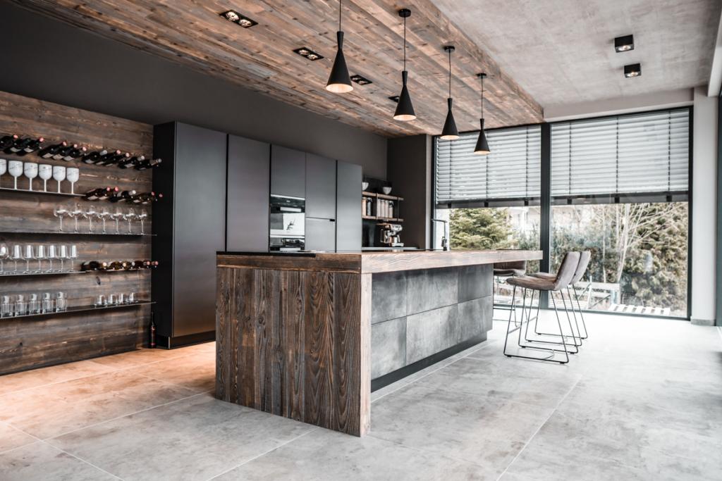 Küchendesign, Kochinsel mit Lederfronten, Holzdecke, Küchenregal, moderne Küche, graue Küche