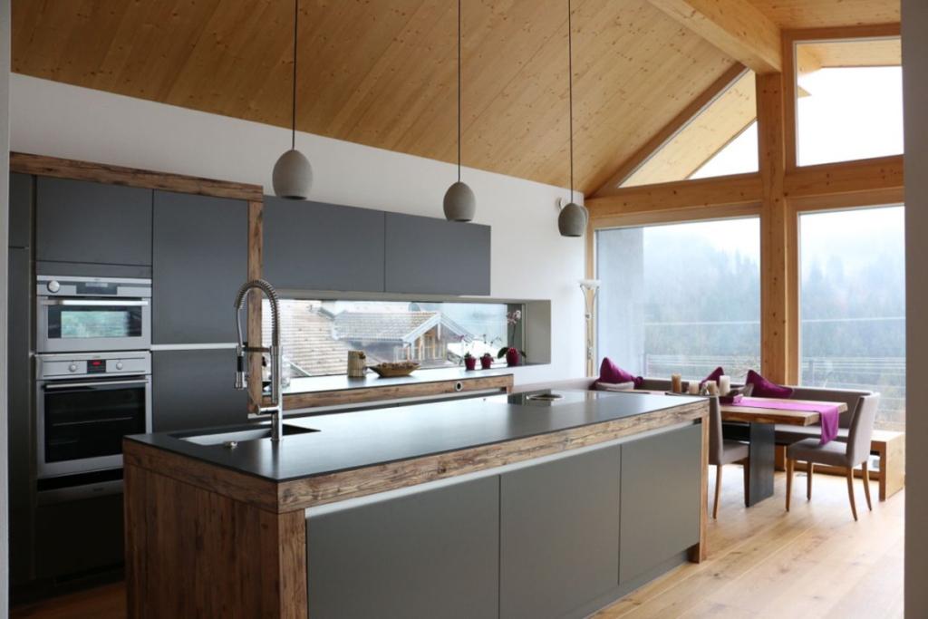 dunkle Küche mit Kochinsel, Holzdecke, Kücheninsel mir viel Stauraum,