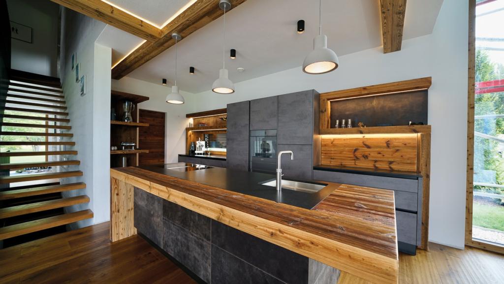 dunkle Küche mit Altholz, Leder, Ansatztisch, Kochinsel