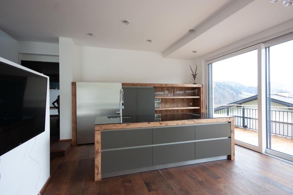 graue Küche mit Holz, Granit, Schiebetüre, Hozregal, modernes Küchendesign