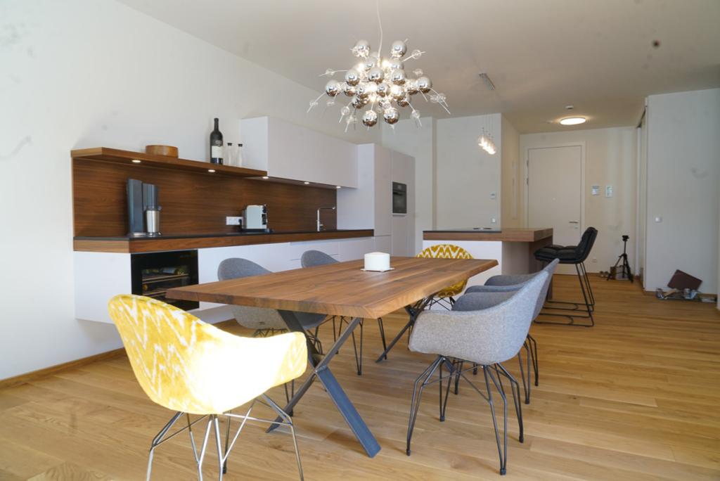moderne Küche mit Nussholz kombiniert, Esstisch in Nussholz massiv