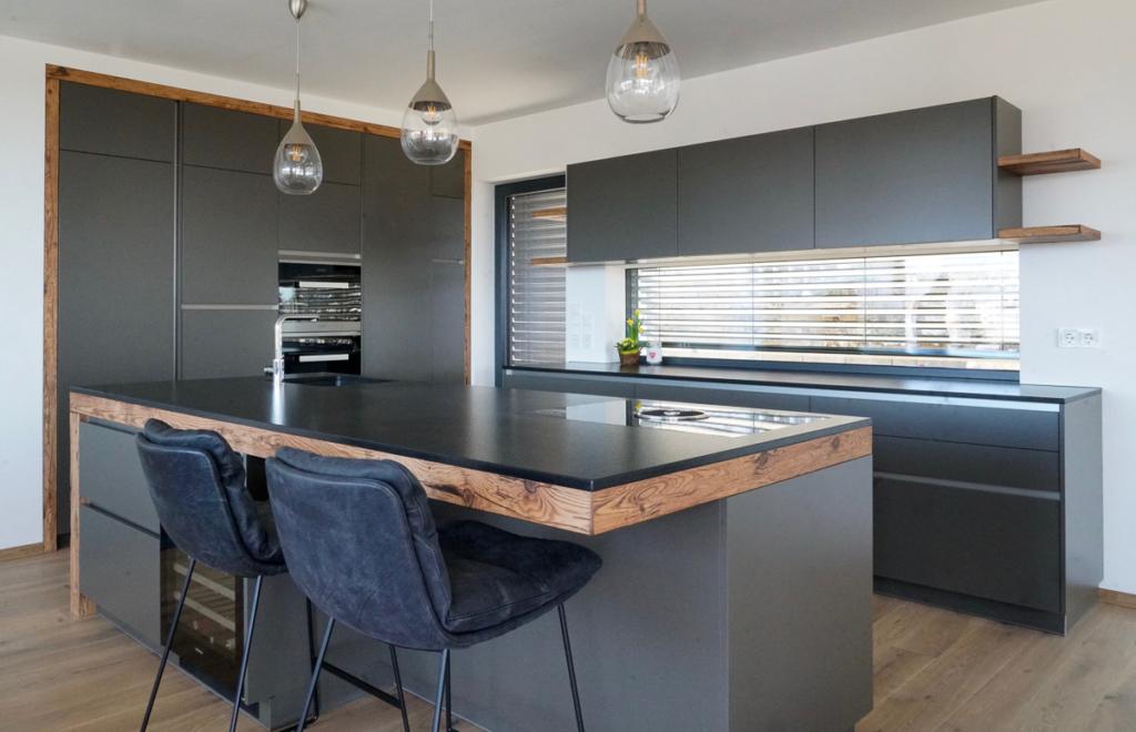 Kochinsel mit Ansatztisch, Bora Kochfeld, dunkle Küchenfronten