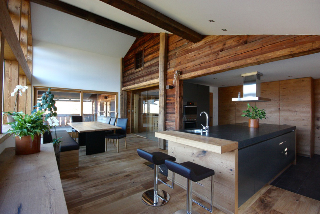 Altholzband, dunkle Küche in Eiche, Kochinsel mir Holzbar