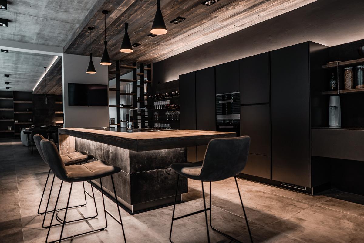 Küche mit schwarzen Fronten