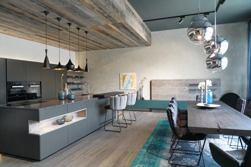 graue Küche mit Altholz, Kochinsel mit Granit, Holzdecke, graues Altholz, Innenarchitektur