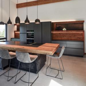 moderne Küche mir Ansatztisch, Kücheninsel mit Bar, graue Küche, Led Beleuchtung Bora Kochfeld, Beleuchtung Kochinsel Tom Dixon, Barhocker KFF