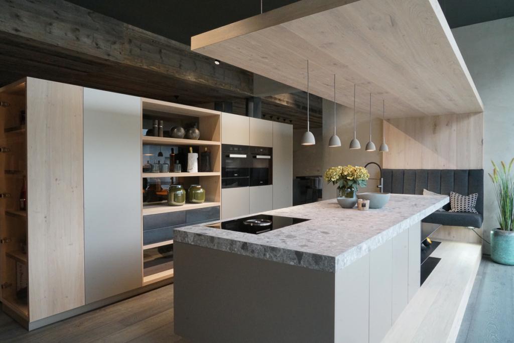 Küche mit Essplatz, modernes Küchendesign mit Holz, Holzdecke mit Beleuchtung, Küchenschränke als Raumtrenner