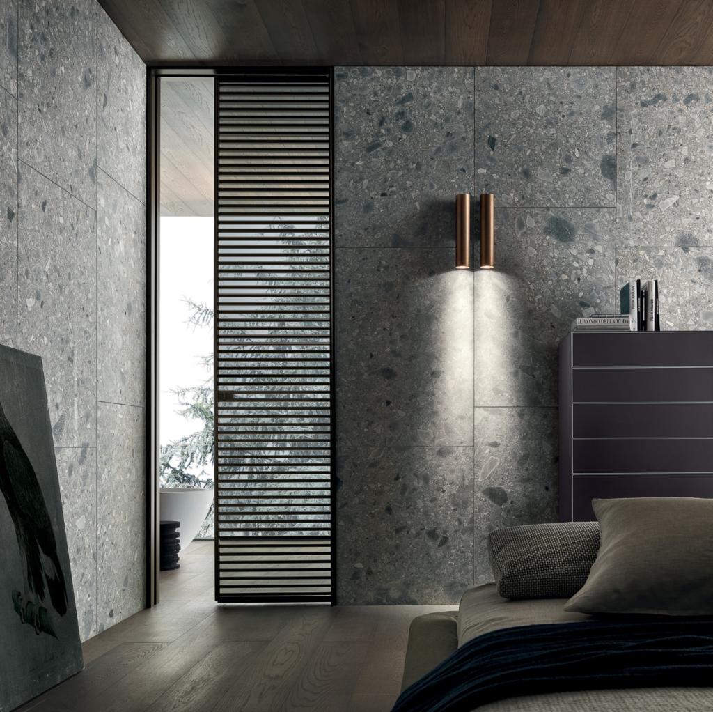 Wandverkleidung aus Keramik, Schiebetüre in Holz