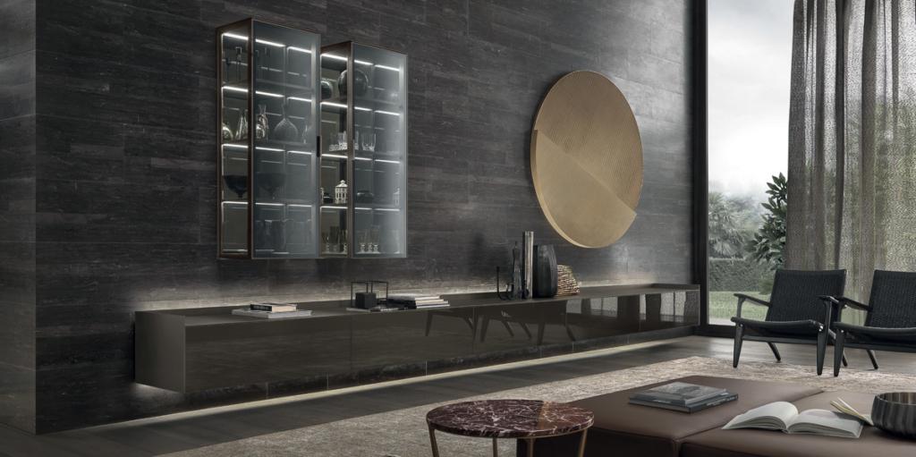 Rimadesio Wohnzimmer exklusives italienisches Design, Wandverkleidung in Stein, Hängevitrinen aus Klarglas mit LED Beleuchtung